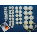 Bílé vatové kuličky díra skrz - mix velikostí - 50 ks