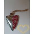 Kovové srdce s textilní aplikací a závěsem