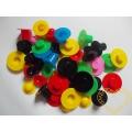 Barevné plastové kloboučky a kšiltovky - 48 ks