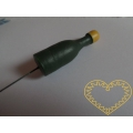 Zelená lahvička na drátě