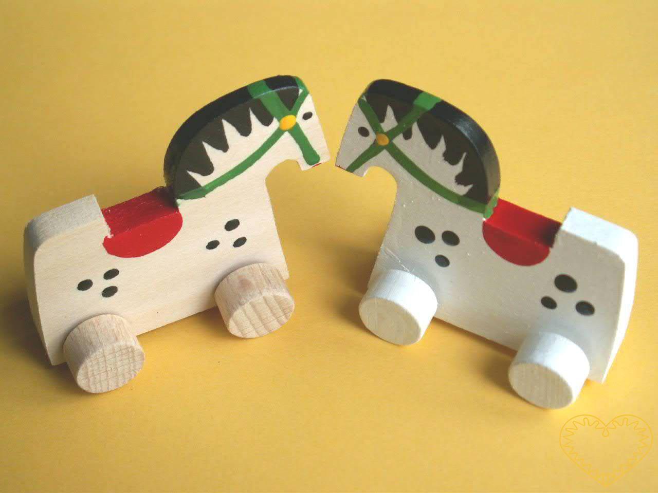 Malé vyřezávané zvířátko na kolečkách - koník. Drobný malovaný suvenýr vycházející ze vzorů tradičních dětských dřevěných hraček.