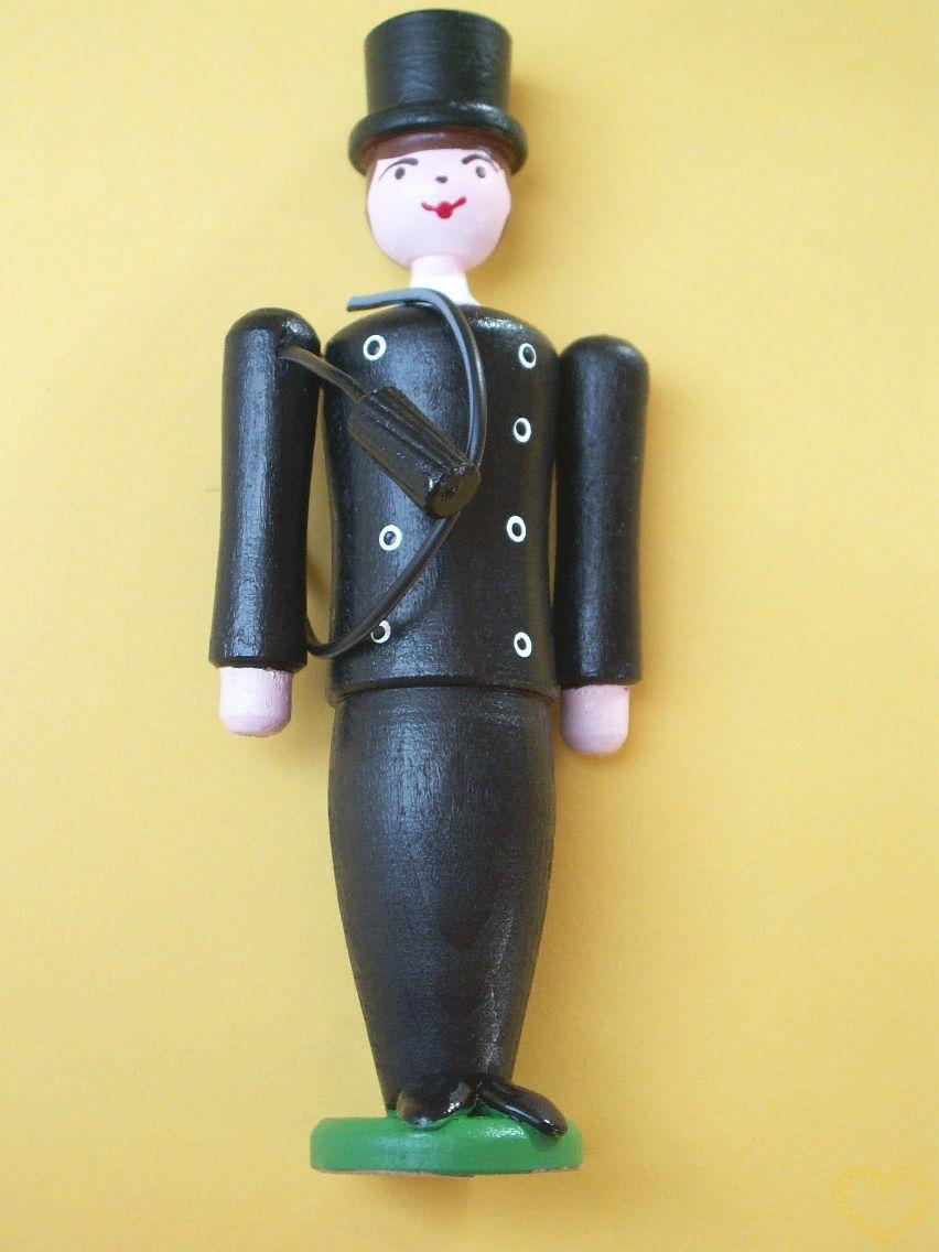 Dřevěný malovaný kominík. Krásně malovaný suvenýr vycházející ze vzorů tradičních dětských dřevěných hraček. Soustružený kominíček pro štěstí může pohybovat rukama ve směru nahoru - dolu. Kromě slušivého klobouku má přes rameno komenickou štětku.