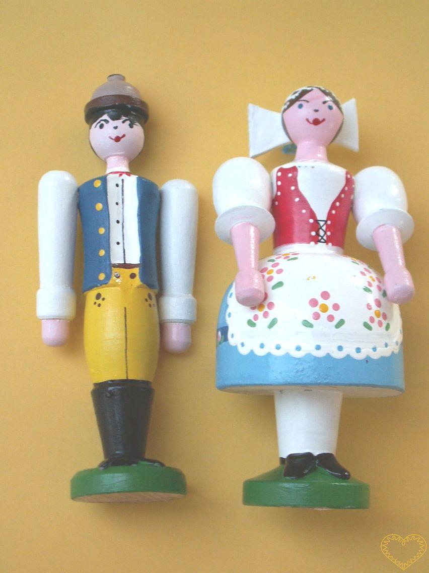 Selka a sedlák v kroji. Krásně malovaný suvenýr vycházející ze vzorů tradičních dětských dřevěných hraček. Soustružené figurky představují ženu a muže v kroji. Obě postavičky mají pohyblivé ruce ve směru nahoru - dolu.