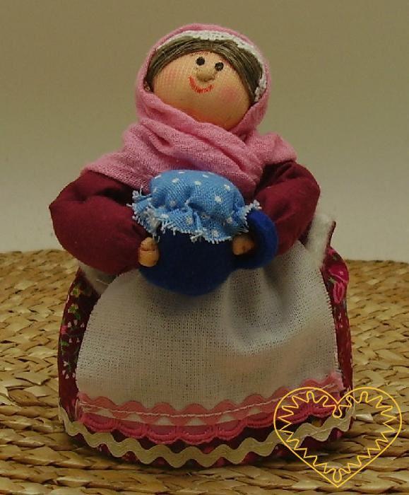 Bába se džbánkem - textilní figurka v prácheňském lidovém kroji, vysoká cca 10 cm. Malebný suvenýr čerpající z tradiční lidové kultury.