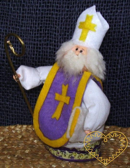 Mikuláš z cyklu advent - textilní panenka. Figurka je vysoká cca 10 cm. Malebný suvenýr čerpající z tradiční lidové kultury.