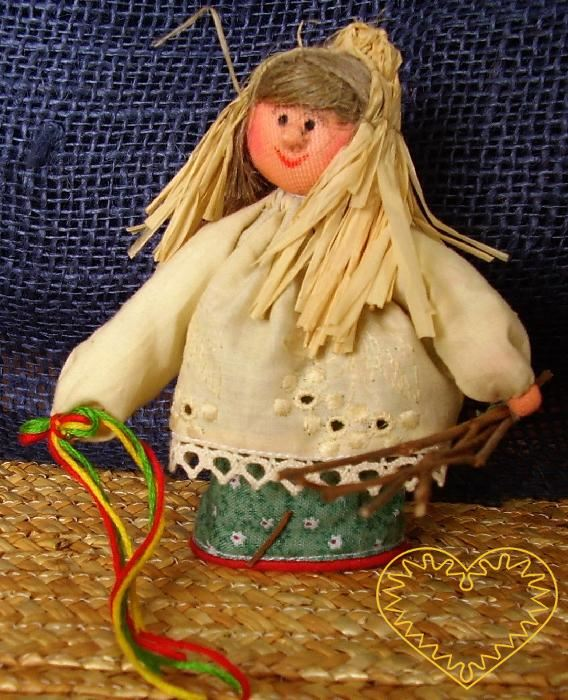 Ambrož - textilní figurka patřící do obdbí adventu. Ambrož sypal v předvečer svátku sv. Ambrože u kostela cukrátka a čekal, až je začnou sbírat děti. Poté je honil s metlou a huhlal. Panáček je vysoký cca 10 cm. Malebný suvenýr čerpající z tradiční l
