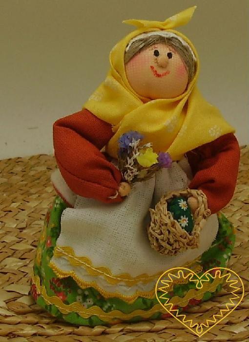 Bába s košíčkem a kytkou - textilní figurka v prácheňském lidovém kroji, vysoká cca 10 cm. Malebný suvenýr čerpající z tradiční lidové kultury.