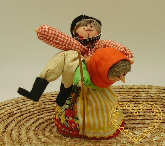 Bába s chlapíkem v nůši - textilní figurka patřící do rozverného obdbí masopustu. Na konci doby masopustní dodnes obcházít řadu vesnic na českém jihozápadě masopustní průvod, který tvoří pestrá směsice masek. Člověk, který představuje masku báby s ch