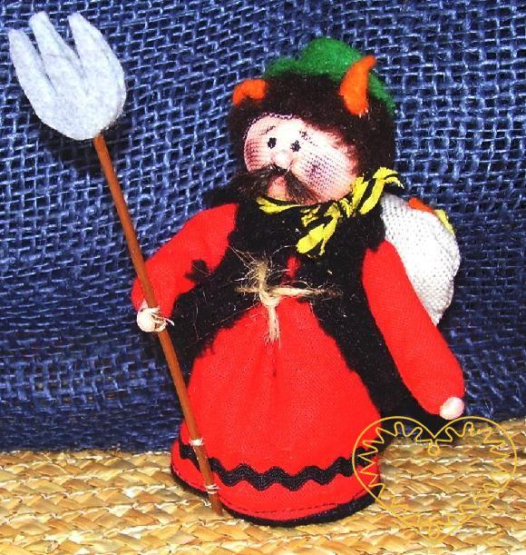 Čert s vidlemi - textilní figurka patřící do obdbí adventu. Čert tradičně doprovází mikuláše a anděla. Panáček je vysoký cca 10 cm. Malebný suvenýr čerpající z tradiční lidové kultury.