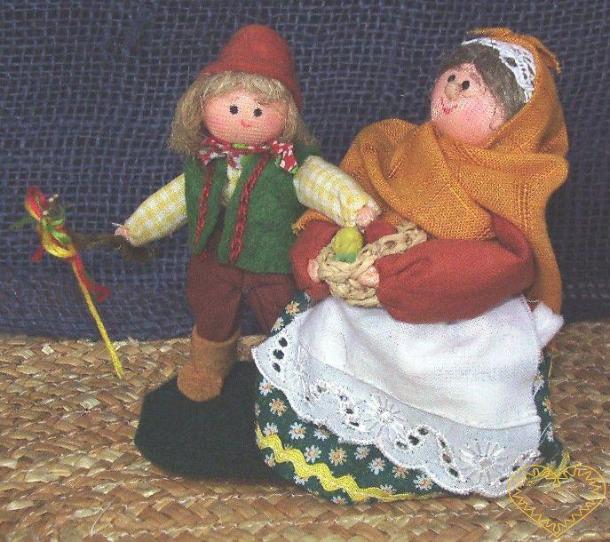 Bába s dědkem - krojované panenky - daráčci. Textilní figurky v prácheňském lidovém kroji, vysoké cca 10 cm. Malebný suvenýr čerpající z tradiční lidové kultury.