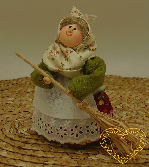 Bába s koštětem - textilní figurka v prácheňském lidovém kroji, vysoká cca 10 cm. Malebný suvenýr čerpající z tradiční lidové kultury.