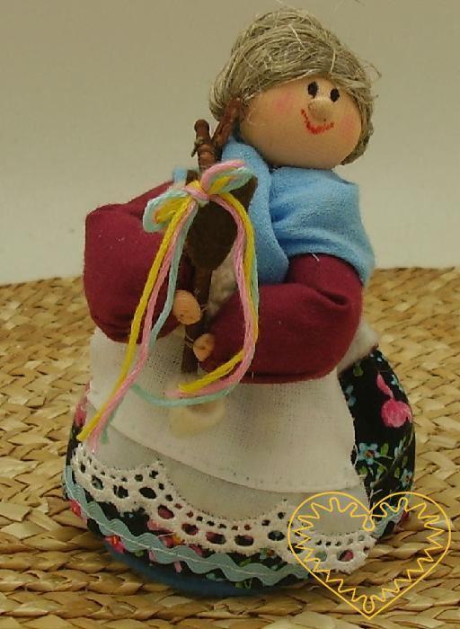 Dudačka bába - textilní figurka v prácheňském lidovém kroji, vysoká cca 10 cm. Malebný suvenýr čerpající z tradiční lidové kultury.