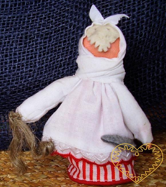 Perchta - textilní figurka patřící do obdbí adventu. Perchta obcházela v těsně před Vánoci (někde až v době vánoční) stavení, kde byly malé děti a ptala se, zda se modlily a postily. Pokud ne, vyhrožovala, že jim nožem rozpáře bříško a vycpe jej koud