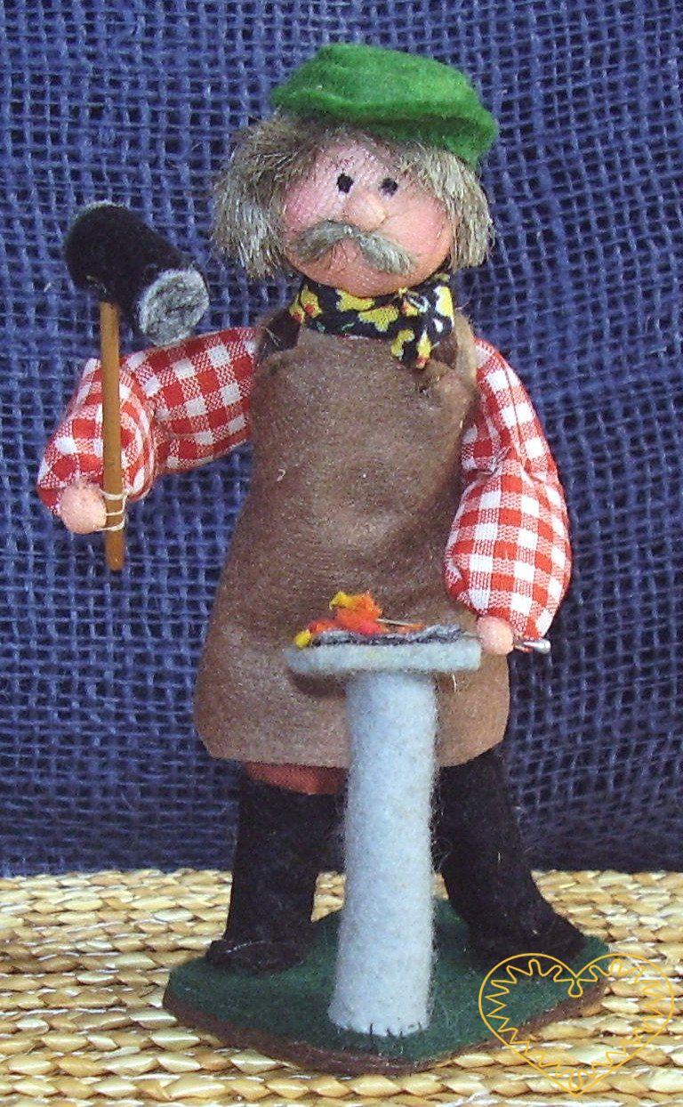 Kovář s kovadlinou a kladivem - textilní panáček, vysoký cca 12 cm. Malebný suvenýr čerpající z tradiční lidové kultury.