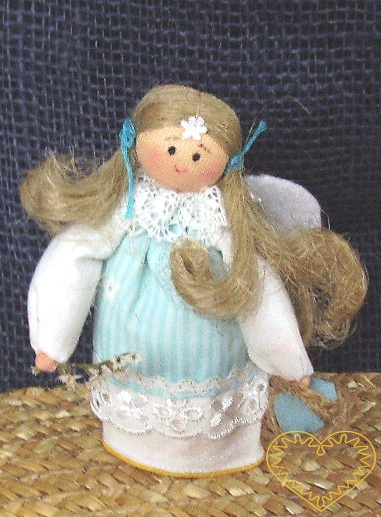 Anděl s křídly - krojovaná panenka. Textilní figurka v prácheňském lidovém kroji, vysoká cca 10 cm. Malebný suvenýr čerpající z tradiční lidové kultury.
