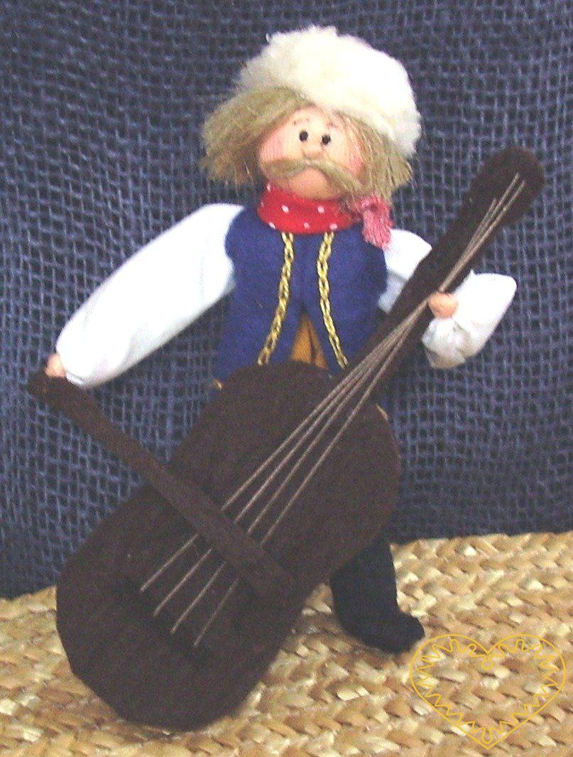 Basista s basou - textilní figurka v prácheňském lidovém kroji, vysoká cca 12 cm. Malebný suvenýr čerpající z tradiční lidové kultury.
