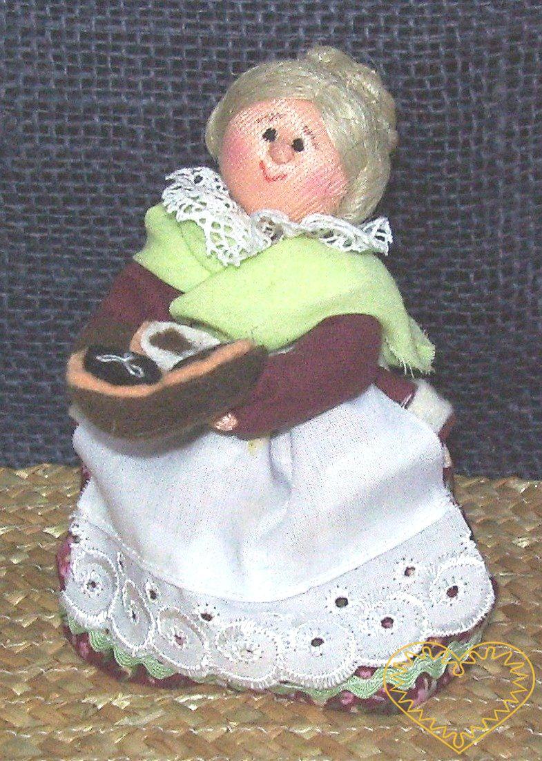 Bába s koláči - textilní figurka v prácheňském lidovém kroji, vysoká cca 10 cm. Malebný suvenýr čerpající z tradiční lidové kultury.
