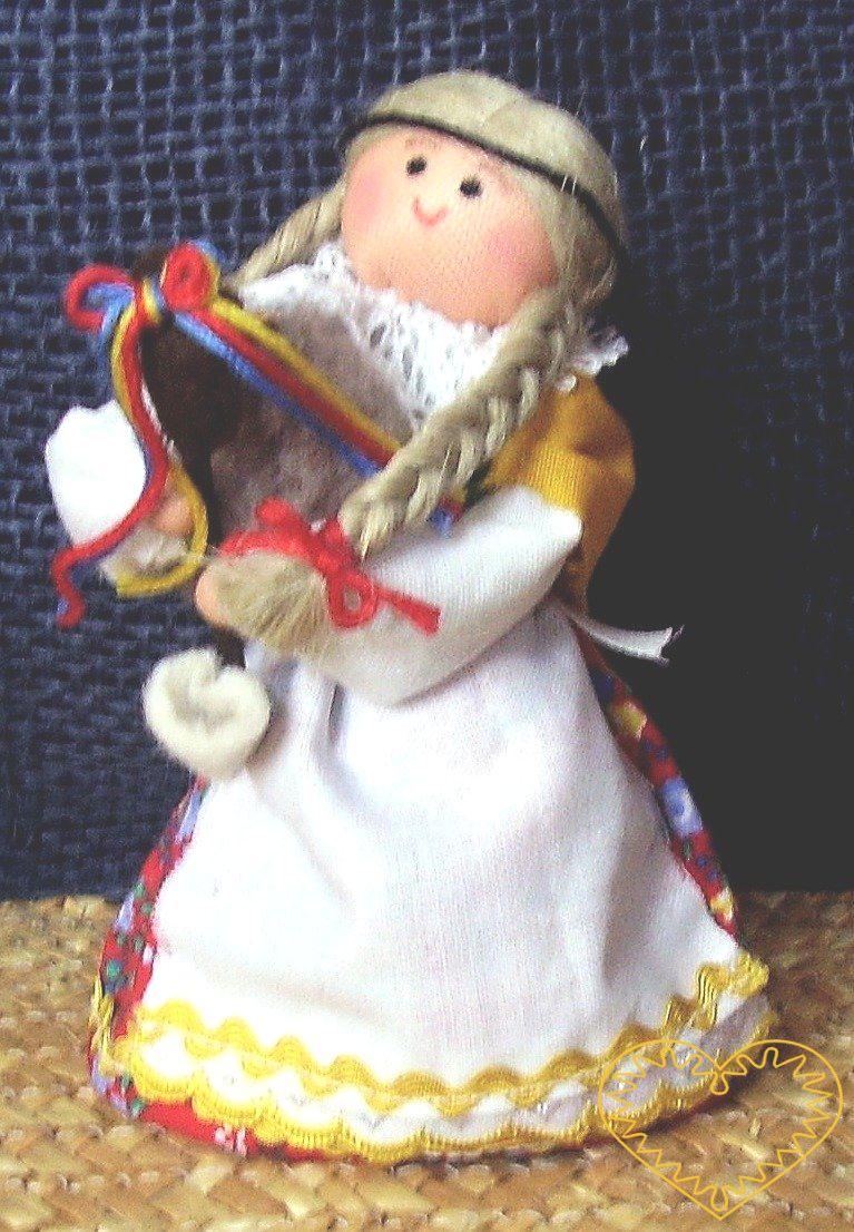 Dudačka s dudami- textilní figurka v prácheňském lidovém kroji, vysoká cca 10 cm. Malebný suvenýr čerpající z tradiční lidové kultury.