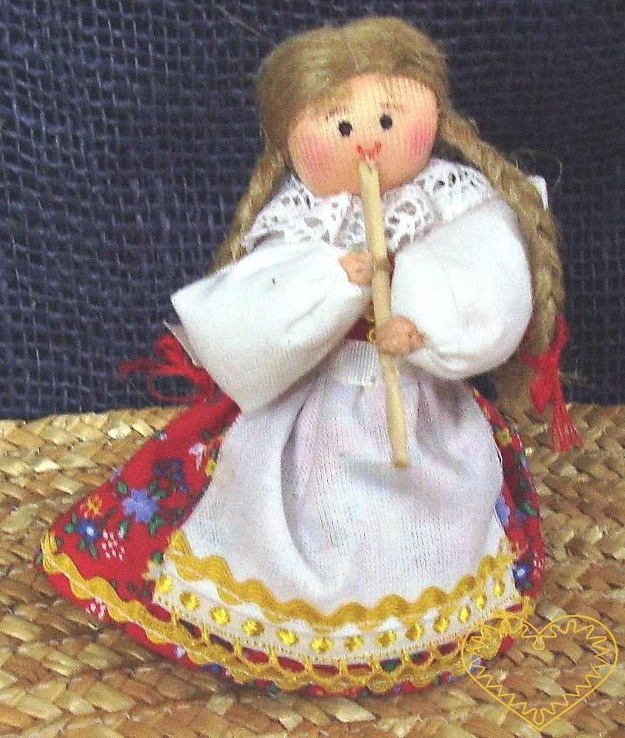 Krojovaná panenka s píšťalkou - textilní figurka v prácheňském lidovém kroji, vysoká cca 10 cm. Malebný suvenýr čerpající z tradiční lidové kultury.