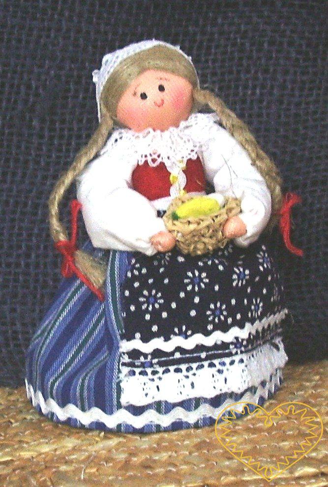 Krojovaná panenka s vejci - textilní figurka v prácheňském lidovém kroji, vysoká cca 10 cm. Malebný suvenýr čerpající z tradiční lidové kultury.