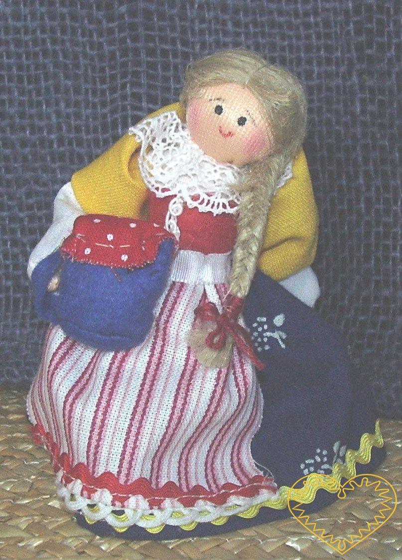 Dívka se džbánem - textilní figurka v prácheňském lidovém kroji, vysoká cca 10 cm. Malebný suvenýr čerpající z tradiční lidové kultury.