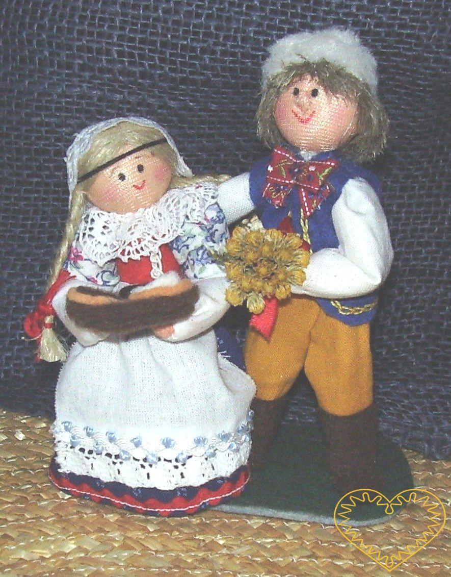 Pár s koláči - textilní figurky v prácheňském lidovém kroji, vysoké cca 12 cm. Malebný suvenýr čerpající z tradiční lidové kultury.