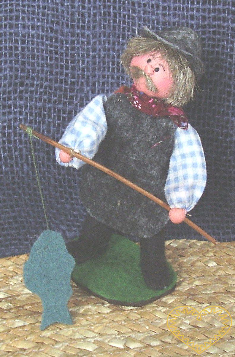 Rybář s prutem a rybou - textilní panáček, vysoký cca 12 cm. Malebný suvenýr čerpající z tradiční lidové kultury.