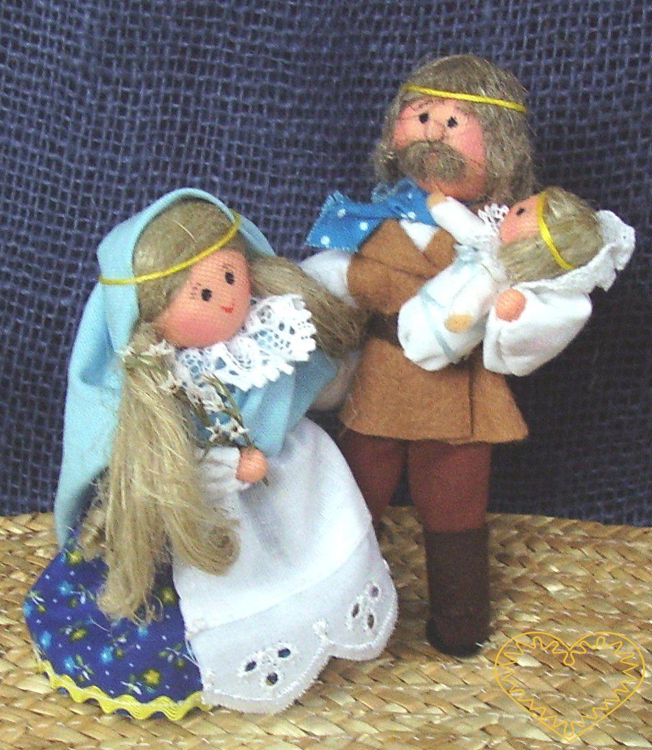 Svatá rodina s Ježíškem - krojované panenky. Textilní figurky v prácheňském lidovém kroji, vysoké cca 12 cm. Malebný suvenýr čerpající z tradiční lidové kultury.
