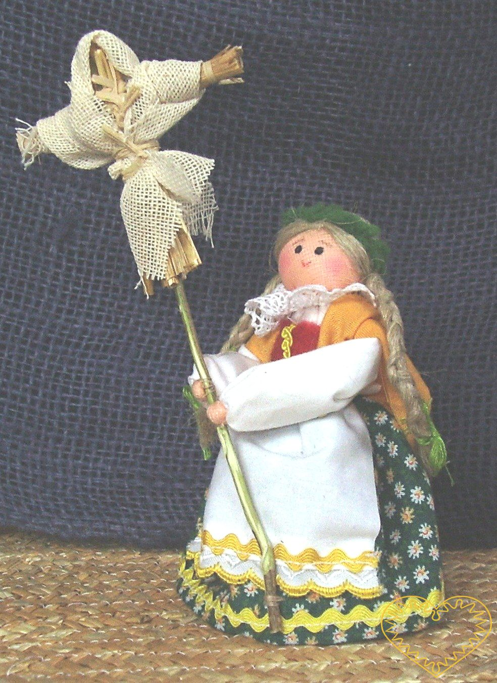 Vynášení zimy - výjev vztahující se k páté postní neděli, kdy se vynášela smrtka / zima. Textilní figurka v prácheňském lidovém kroji, vysoká cca 10 cm. Malebný suvenýr čerpající z tradiční lidové kultury.