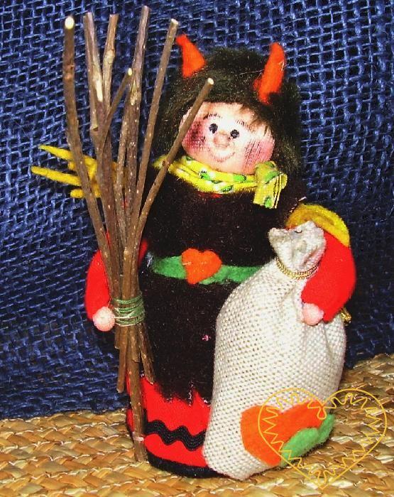 Čert s metlou - textilní figurka patřící do obdbí adventu. Čert tradičně doprovází mikuláše a anděla. Panáček je vysoký cca 10 cm. Malebný suvenýr čerpající z tradiční lidové kultury.