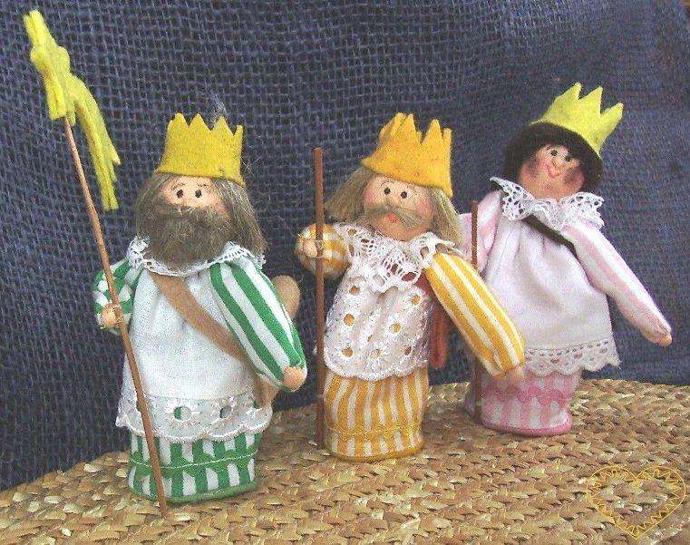 Tři králové - součást textilního betléma. Tři textilní figurky, vysoké cca 10 cm. Malebný suvenýr čerpající z tradiční lidové kultury.
