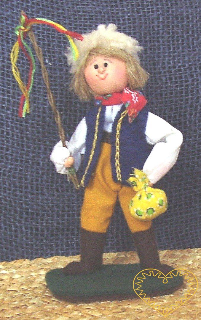 Krojovaný kluk s pomlázkou - textilní figurka v prácheňském lidovém kroji, vysoká cca 12 cm. Malebný suvenýr čerpající z tradiční lidové kultury.