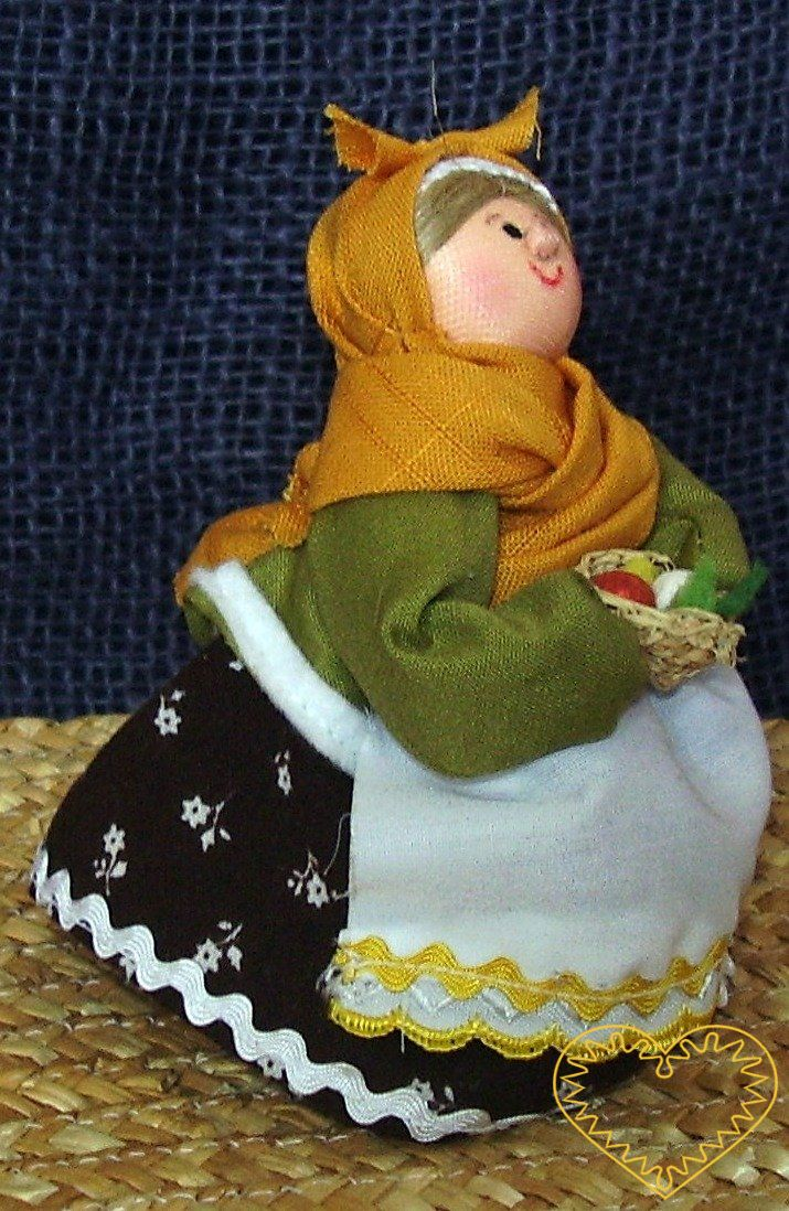 Velikonoční bába s vajíčky. Textilní figurka v prácheňském lidovém kroji, vysoká cca 10 cm. Malebný suvenýr čerpající z tradiční lidové kultury.