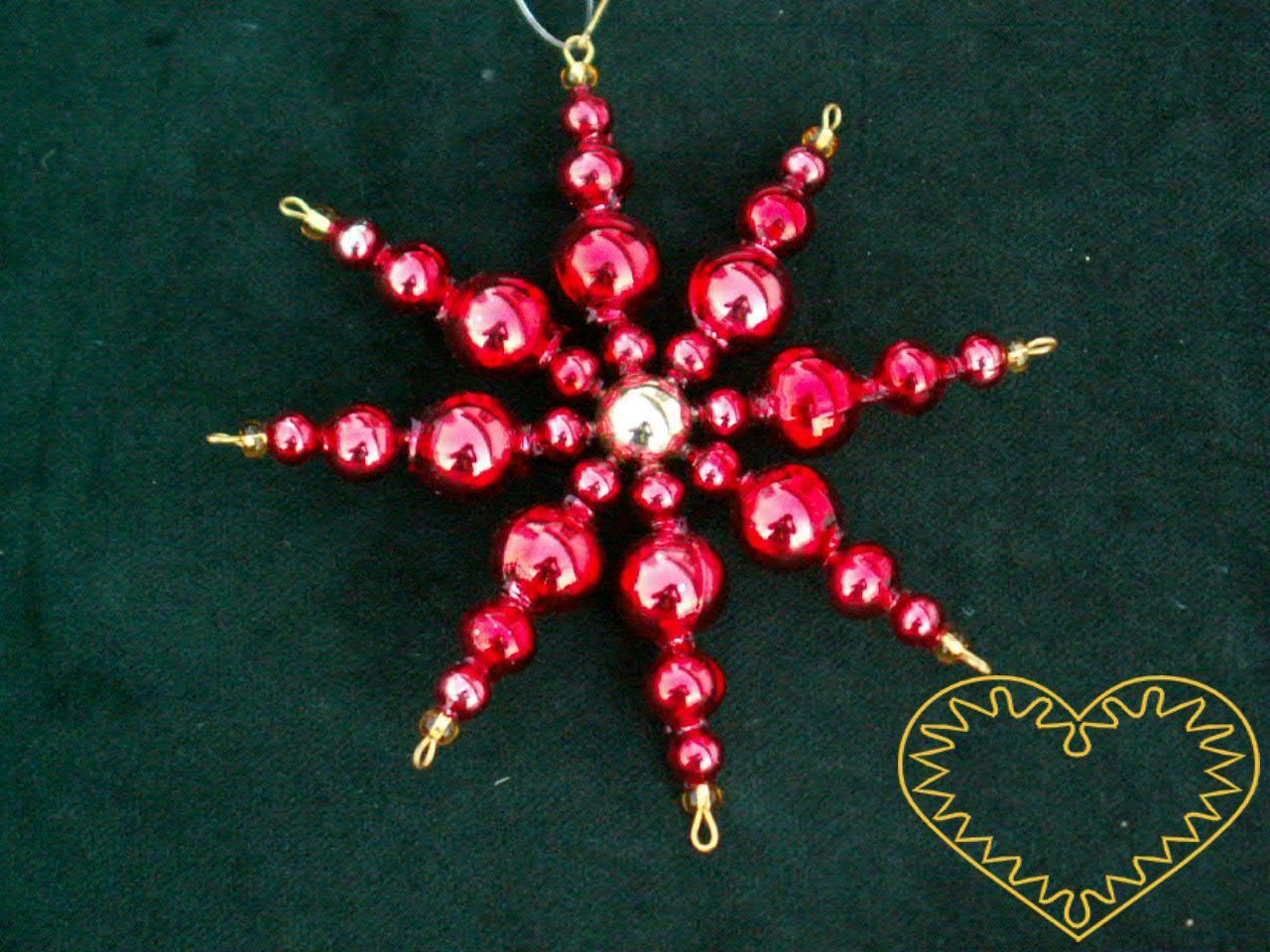 Hvězda se středem červená - krásná vánoční ozdoba ze skleněných perliček. Tento typ originálních ozdob se těší oblibě už od počátku 20. století. Jedná se o rukodělnou práci z oblasti Krkonoš.