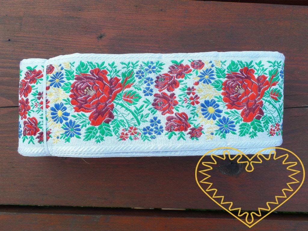 Široká bílá krojová stuha s bohatým květinovým vzorem - vzorovka š 10 cm. Textilní tkaná stuha je vhodná zvláště k lemování tkanin, zdobení krojů a šatů panenek a maňásků.