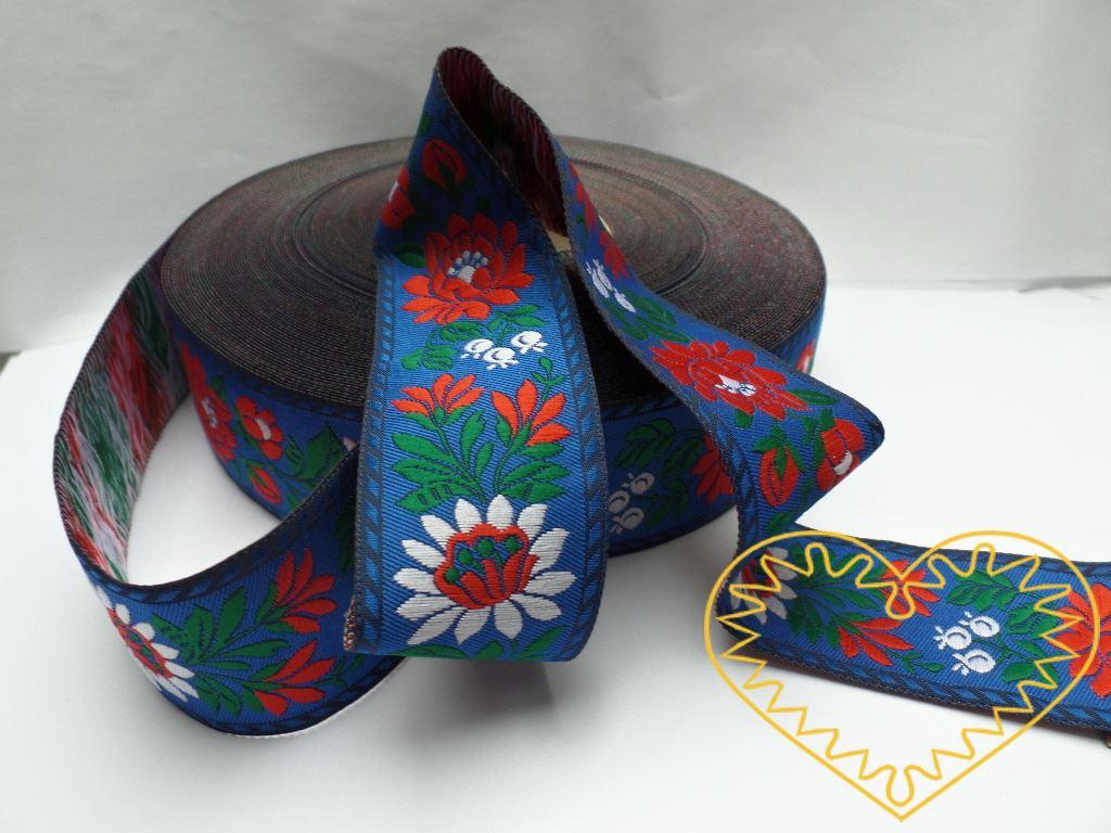 Modrá krojová stuha s květinovým vzorem - vzorovka š 3,5 cm. Textilní tkaná stuha se vzorem modrých a červených květů je vhodná zvláště k lemování tkanin, zdobení krojů a šatů panenek a maňásků.