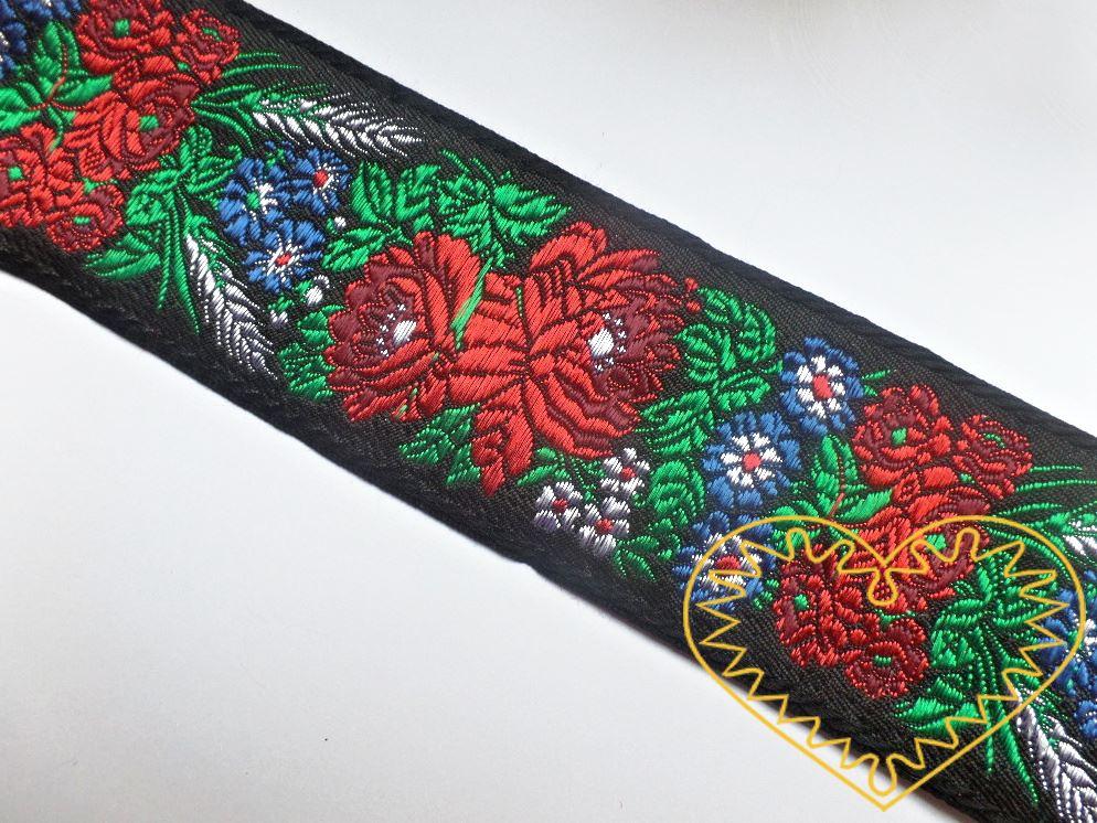 Černá krojová stuha s květinovým vzorem - vzorovka š 7 cm. Textilní tkaná stuha s vyšítým vzorem bílých, modrých a červených květů a zelených listů je vhodná zvláště k lemování tkanin a zdobení krojů, lze uplatnit v bytovém textilu.