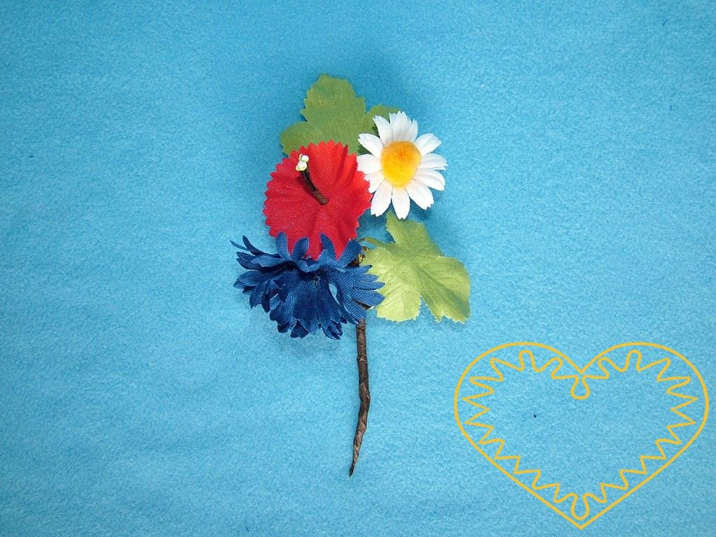 Vonička malá - jednoduchý květinový vývazek vzadu k upnutí na spínací špendlík. Lze použít při svatbě, na kroj, lidové slavnosti apod.