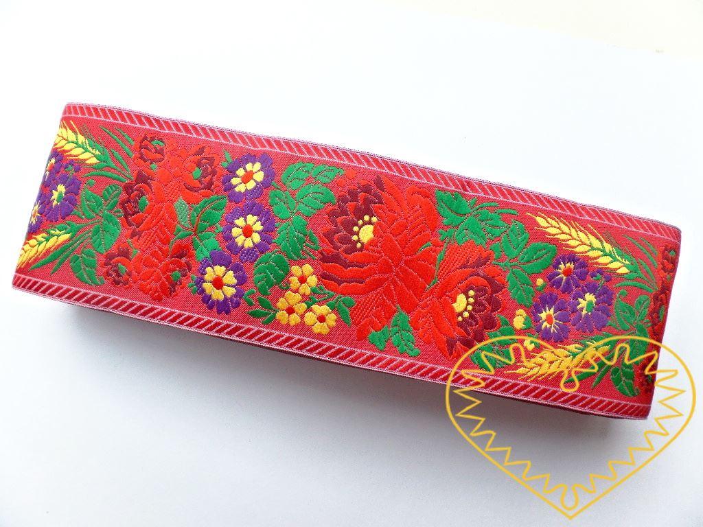 Široká červená krojová stuha s bohatým květinovým vzorem - vzorovka š 7 cm. Textilní tkaná stuha je vhodná zvláště k lemování tkanin, zdobení krojů a šatů panenek a maňásků.