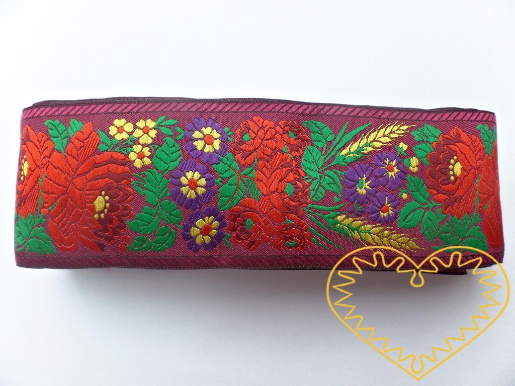 Široká fialová krojová stuha s bohatým květinovým vzorem - vzorovka š 7 cm. Textilní tkaná stuha je vhodná zvláště k lemování tkanin, zdobení krojů a šatů panenek a maňásků.