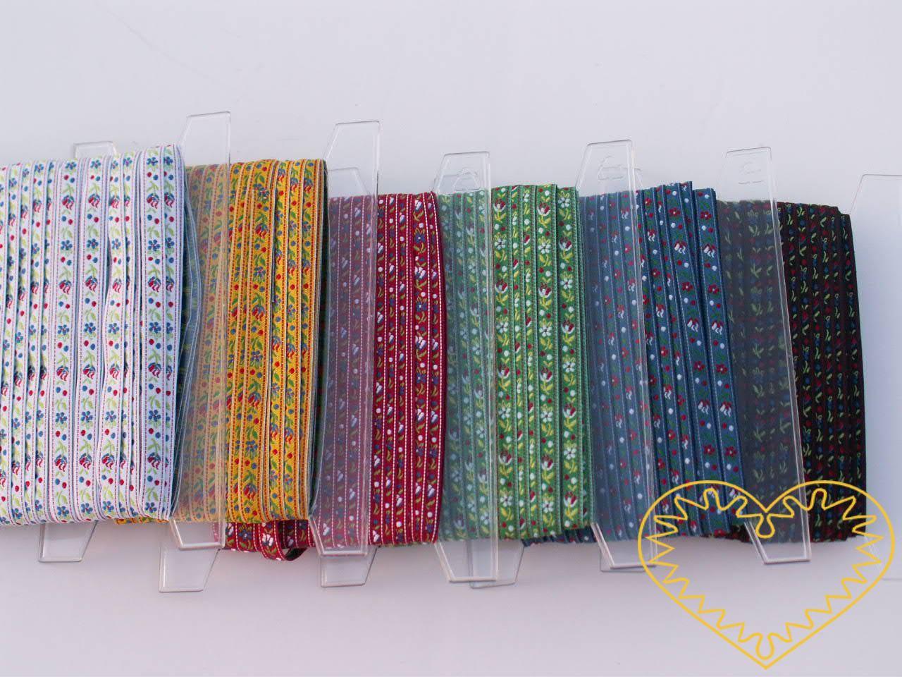 Úzká bílá krojová stuha - vzorovka - šíře 1 cm. Textilní tkaná stuha s jemným vzorkem je vhodná zvláště k lemování tkanin a šatů panenek a maňásků.