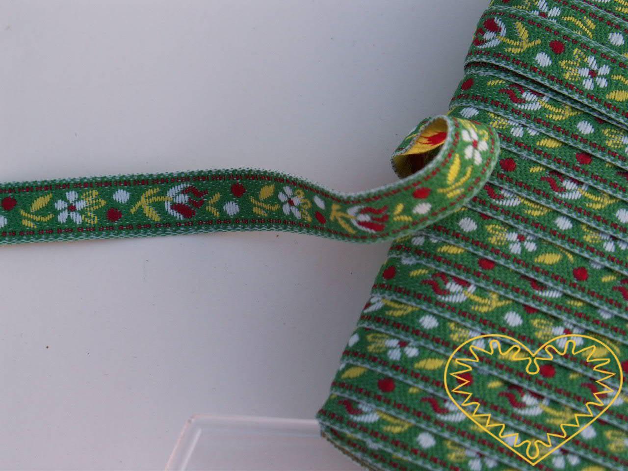 Úzká zelená krojová stuha se vzorem - vzorovka - šíře 1 cm. Textilní tkaná stuha s jemným vzorkem je vhodná zvláště při výrobě krojů a předmětů tradiční lidové kultury. Vhodná též k lemování tkanin a šatů panenek a maňásků.