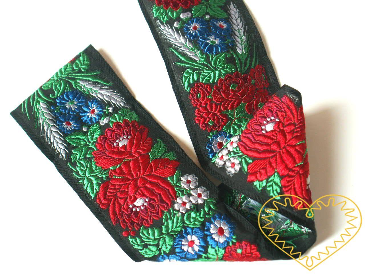 Černá krojová stuha s květinovým vzorem - vzorovka š 7 cm. Textilní tkaná stuha s vyšitým vzorem bílých, modrých a červených květů a zelených listů je vhodná zvláště k lemování tkanin a zdobení krojů, lze uplatnit v bytovém textilu.