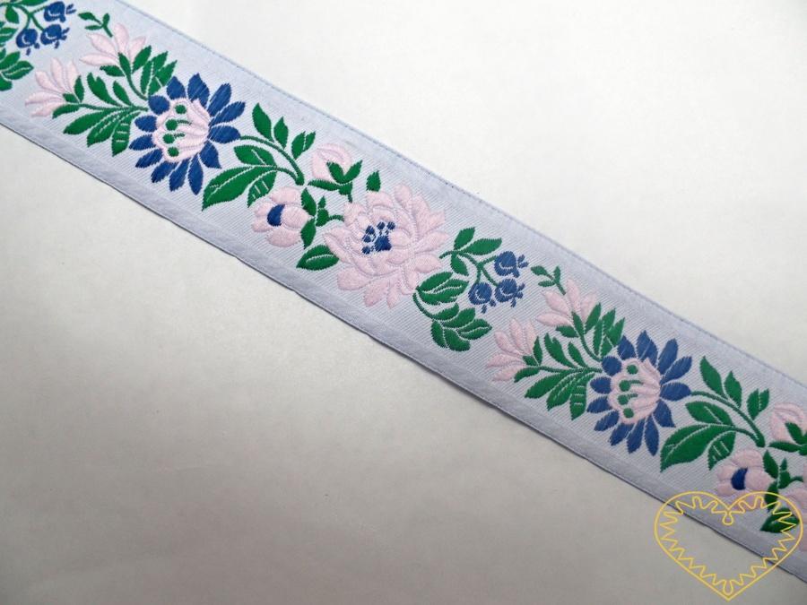Bílá krojová stuha s růžovým květinovým vzorem - vzorovka š 3,5 cm. Textilní tkaná stuha se vzorem modrých a červených květů je vhodná zvláště k lemování tkanin, zdobení krojů a šatů panenek a maňásků.