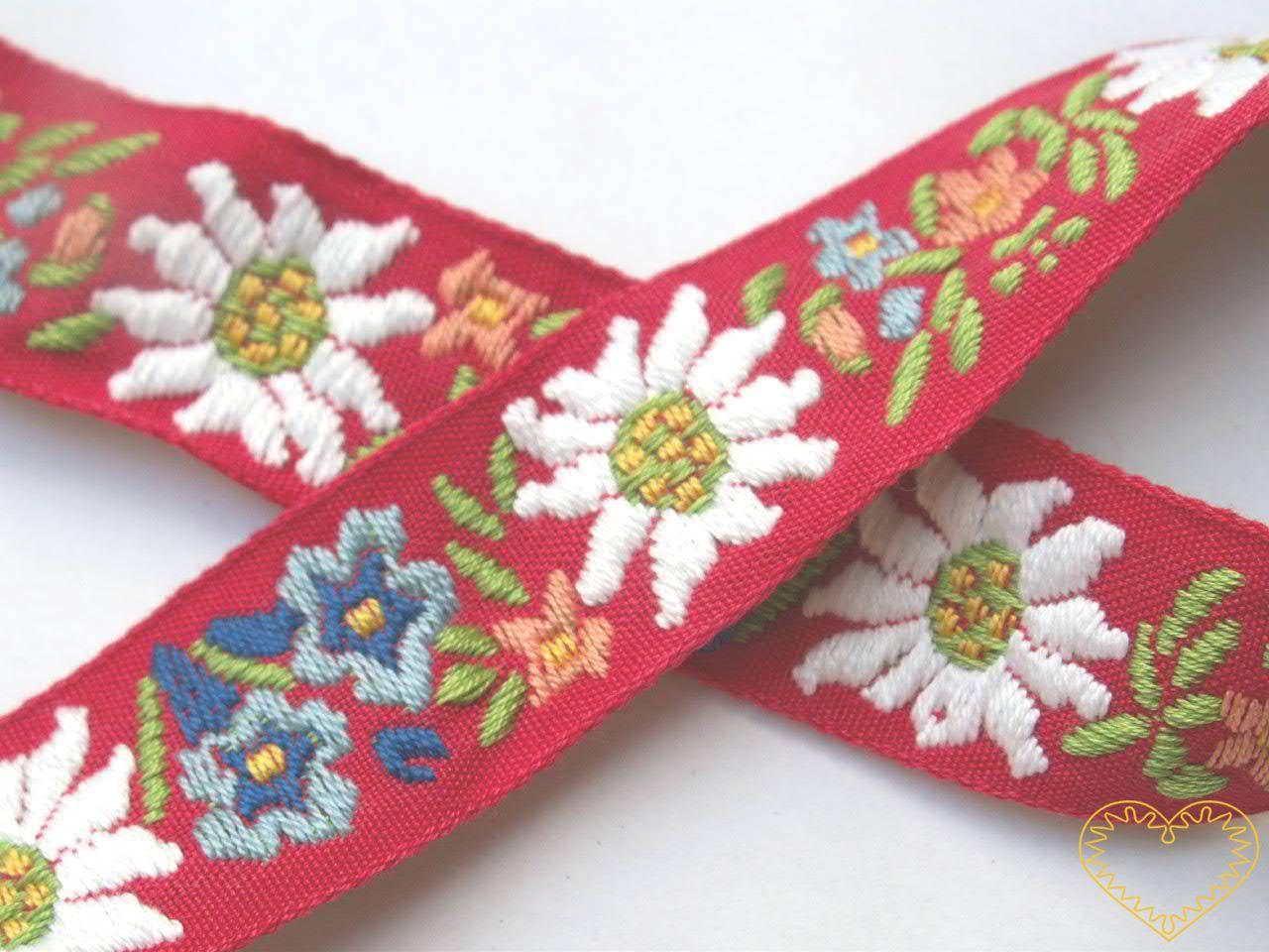 Červená krojová stuha s alpskými květy - vzorovka - šíře 2,5 cm. Textilní tkaná stuha s jemným vzorkem je vhodná zvláště k lemování tkanin, zdobení krojů a šatů panenek a maňásků. Vzory s alpskými květy jsou obzvláště oblíbeny v lidovém oděvu u našic