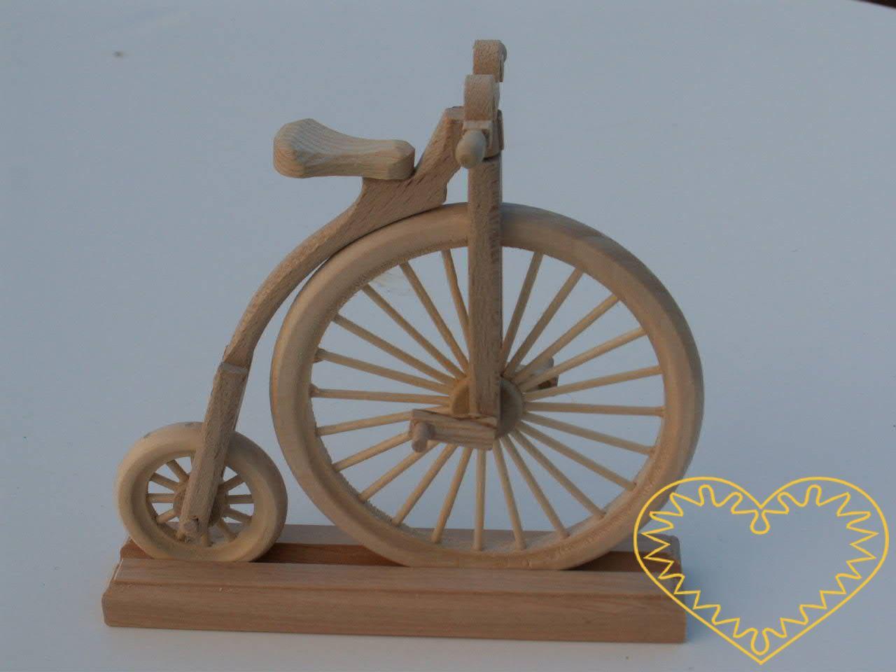 Dřevěný kostitřas - celodřevěný pojízdný model s drobnými detaily, krásně vypracovanými koly. Přední kolo a řídítka jsou otočná do stran, šlapky se otáčí kolem osy! Kolo lze vsunout do dřevěného stojánku. Kostitřas je pojízdný (pokud jej vedete rukou