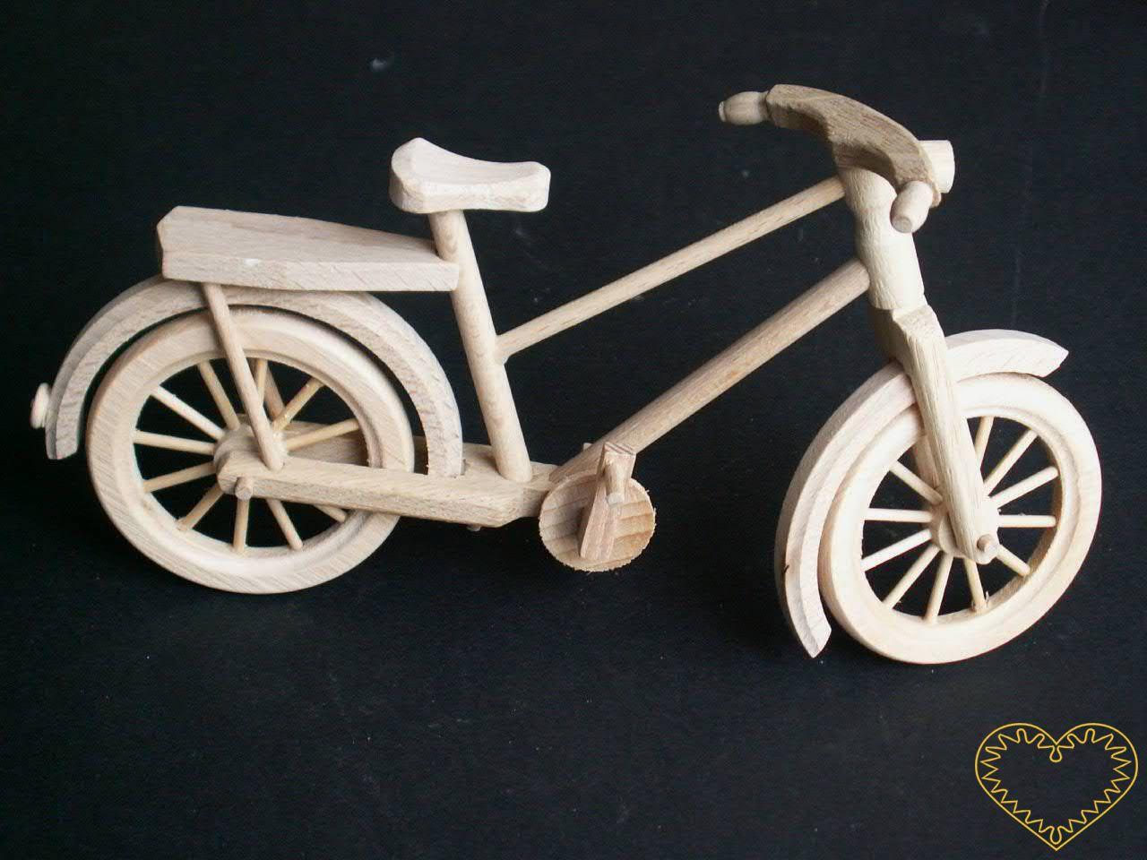 Dřevěné kolo - celodřevěný pojízdný model s drobnými detaily, krásně vypracovanými koly. Přední kolo a řídítka jsou otočná do stran, šlapky se otáčí kolem osy! Kolo lze opřít o dřevěný stojánek.