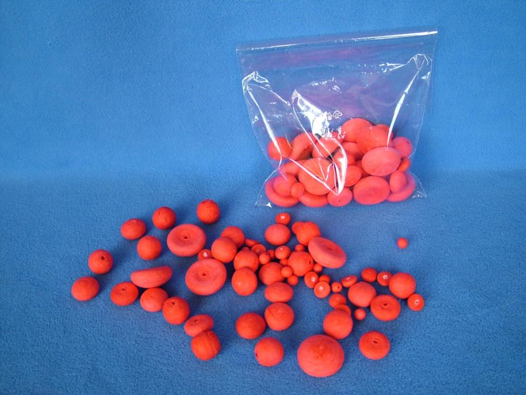 Mixflor červený - jednobarevný mix - 100 tvarů z buničité vaty. Barevné vatové dílky jsou vhodné k floristice, aranžování, dekorování i dalšímu tvoření - lepení, malování ad. Sada obsahuje kuličky ø 8 mm, 18 mm, půlkuličky a piškoty ø 12 mm, 20 mm, 3