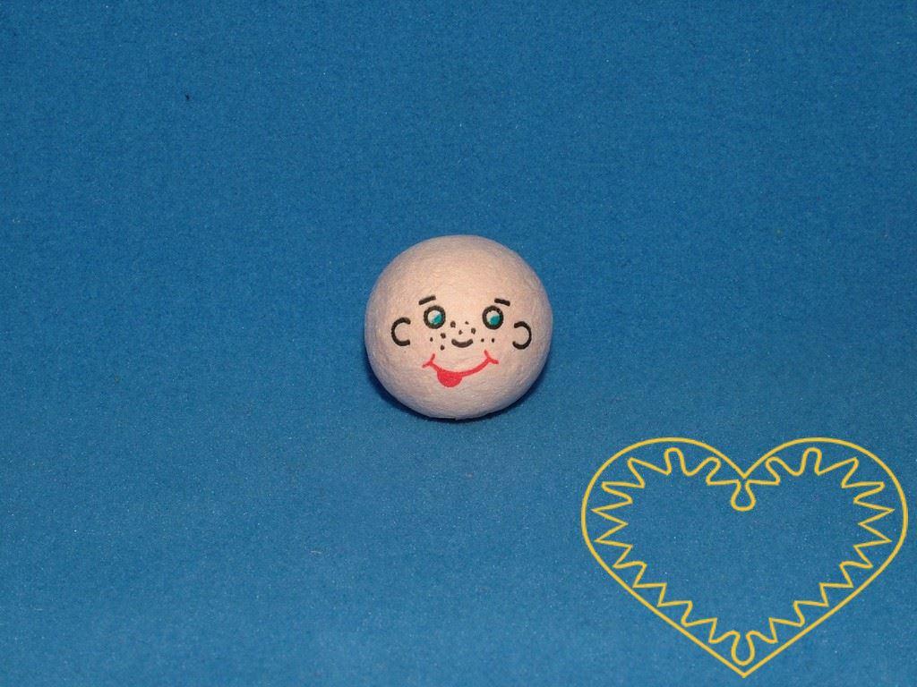 Uličník - balení obsahuje 10 ks vatových kuliček tělové barvy ø 22 mm s tiskem usmívajícího se lidského obličeje s pihami. Jedná se o dvoubarevný tisk