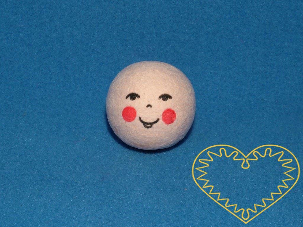 Smíšek - balení obsahuje 10 ks vatových kuliček tělové barvy ø 22 mm s tiskem usmívajícího se lidského obličeje s přivřenýma očima. Vhodné k přípravě dekorací, lepení trojrozměrných figurek, panenek, panáčků, malých prstových maňásků či loutek, aranž